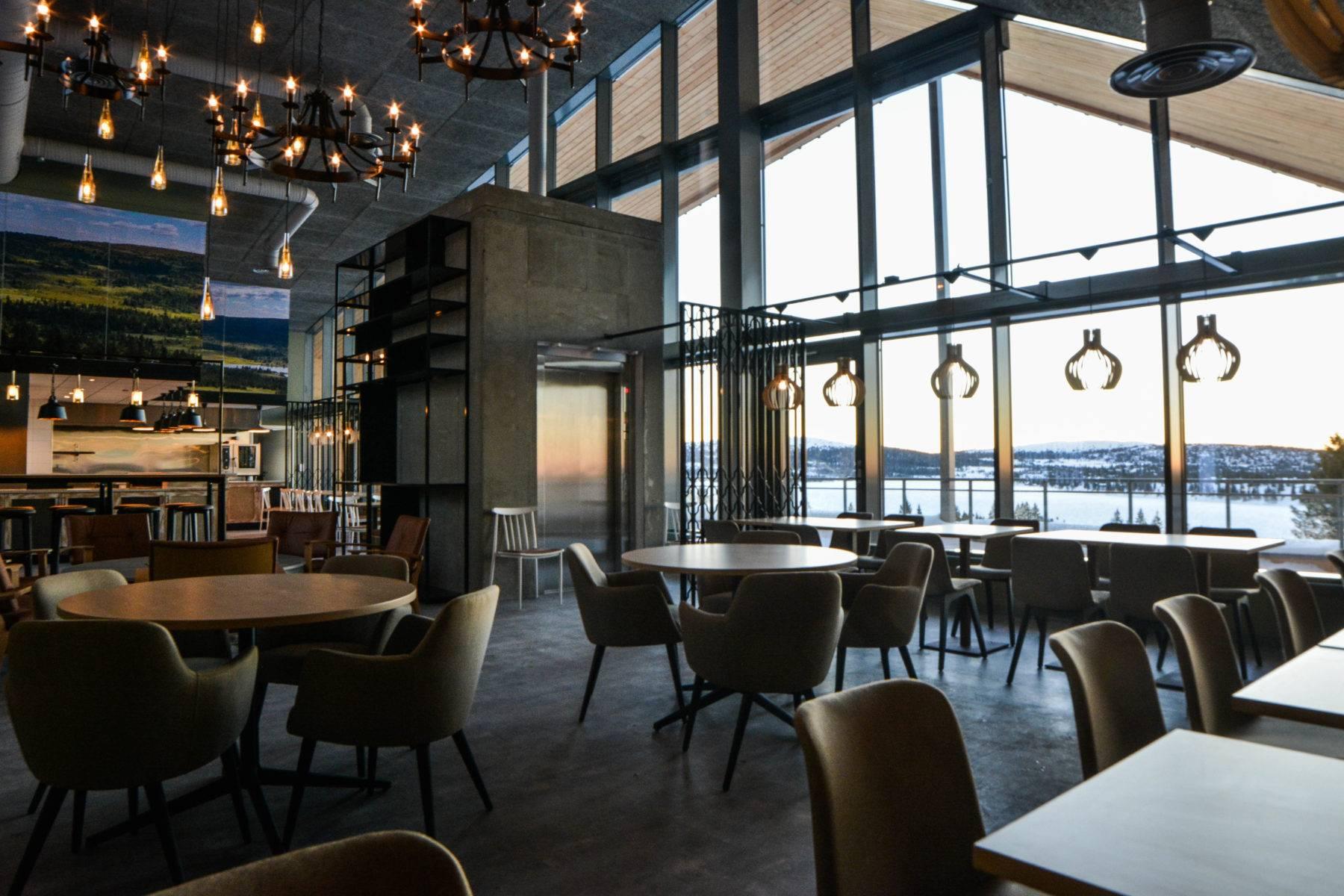 Spisested med utsikt på Nye Graaten på Sjusjøen