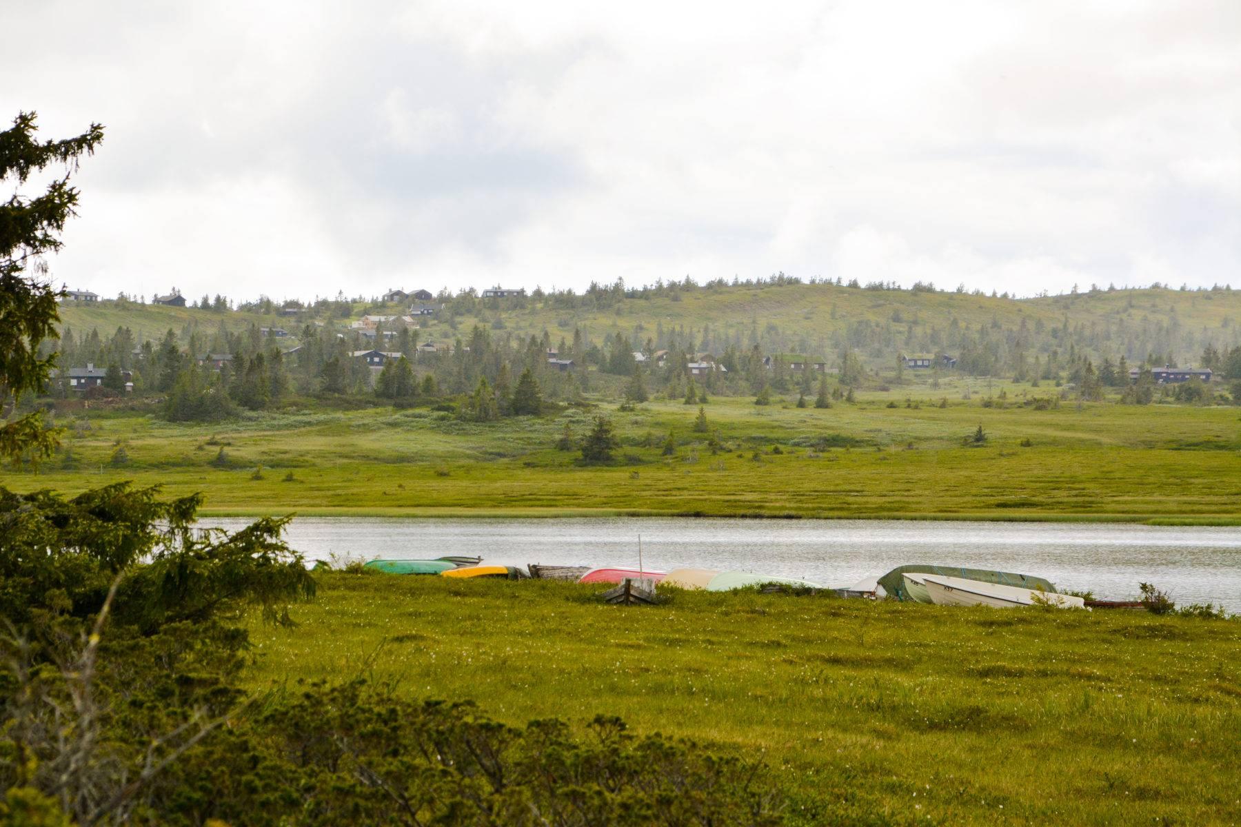 Båter ved Kroksjøen, mot Kroksjølia.